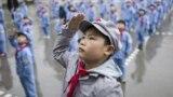 Китайские пионеры на церемонии подъема флага в одной из школ в провинции Гуйчжоу