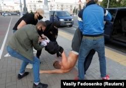 Задержание одного из участников оппозиционного пикета. Минск, 14 июля 2020 года