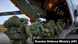 Российские военные поднимаются на борт военного самолета, который доставит их в Нагорный Карабах, где, по условиям трехстороннего соглашения, размещают российские миротворческие силы. 10 ноября 2020 года.