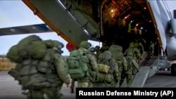 در مرحله اول ۲۰۰ سرباز حافظ صلح روسیه دیروز به این منطقه رسید.
