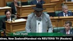 """Poslanik novozelandskog parlamenta Rawiri Waititi je rekao da kravata odražava rasne relacije, nazvavši je """"kolonijalnom omčom""""."""