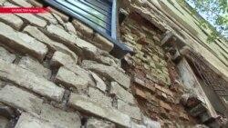 В Астане на глазах рассыпается общежитие, власти предлагают жителям подождать два года