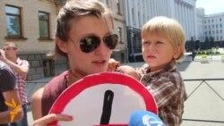 Активісти: Геть поліцаїв з міліції!
