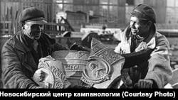 Обломки колоколов везут на переплавку. 1930-е гг.