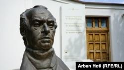 """Busti i Ibrahim Rugovës qëndron pranë muzeut """"Shtëpia e Pavarësisë Dr.Ibrahim Rugova""""."""