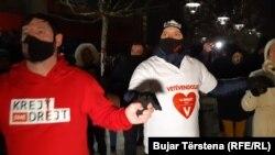 Mbështetës të Lëvizjes Vetëvendosje duke festuar në Prishtinë.