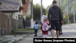A fi părinte nu mai e de mult o etapă firească în viața românilor. Suntem din ce în ce mai atenți cu vârsta la care devenim părinți, punem mai mult accent pe profesie și, spre deosebire de ai noștri, ne dorim mai puțini moștenitori.