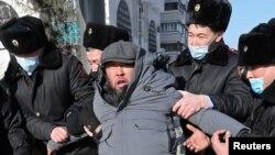 Задержания на площади в Алматы в день выборов в парламент и маслихаты. 10 января 2021 года.