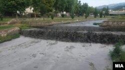 Јаловина се излеа во коритото на Каменичка река по дефект на насипот на јаловиштето број 4 на рудникот САСА. 14.09.2020.