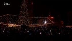 У Києві головна різдвяна ялинка засяяла вогнями (відео)