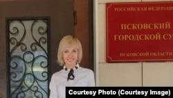 RFE/RL contributor Lyudmila Savitskaya, outside of the City Court in Pskov.