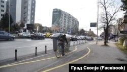 Велосипедист минува покрај контејнери во Скопје