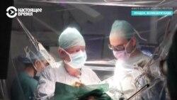 Хирурги удаляют опухоль на открытом мозге, а пациентка в этот момент играет на скрипке