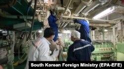 9 апрел, бандари Раҷай. Киштии Hankuk Chemi-и Кореяи Ҷанубӣ барои тарк кардани соҳилҳои Эрон омода мешавад