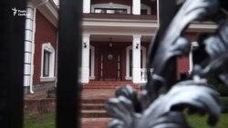 Активісти привезли генпрокурору Луценку «родинний прапор корупціонерів» додому (відео)