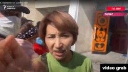 Момент нападения на съемочную группу «Азаттыка». Скриншот из видео.