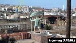 Памятник рабочему на территории Севастопольского морского завода
