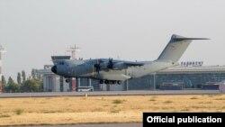 Ауғанстаннан адамдарды алып шыққан Германия әскери жүк ұшағы Ташкент әуежайына қонып келеді. 2021 жылғы тамыз.