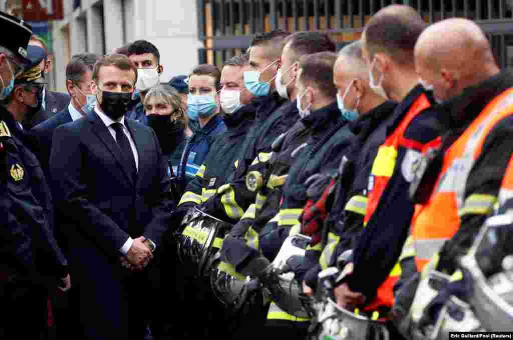 Францускиот претседател Емануел Макрон го посети местото на нападот со нож во црквата Нотр Дам во Ница.