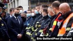 Emmanuel Macron francia elnök meglátogatja a nizzai terrortámadás helyszínét 2020. október 29-én.