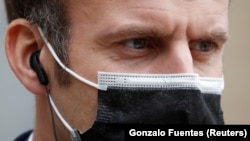 Медициналық маска киген Франция президенті Эммануэль Макрон журналистер алдында сөйлеп тұр. Париж, Франция. 16 желтоқсан, 2020 жыл.