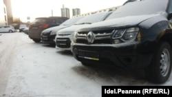 Автомобили у автосалона на Габишева