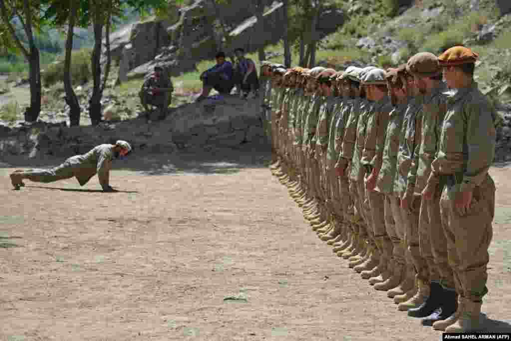 Fotografitë e shkrepura gjatë stërvitjeve shfaqin dhjetëra rekrutë duke kryer ushtrime të ndryshme për t'u përgatitur për ballafaqim me talibanët.