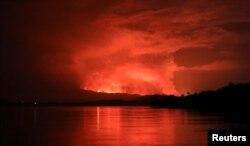 Дым и пламя во время извержения вулкана Ньирагонго, снятые с острова Чегера на озере Киву, недалеко от города Гома в Демократической Республике Конго, 22 мая 2021 года. Фото: Reuters