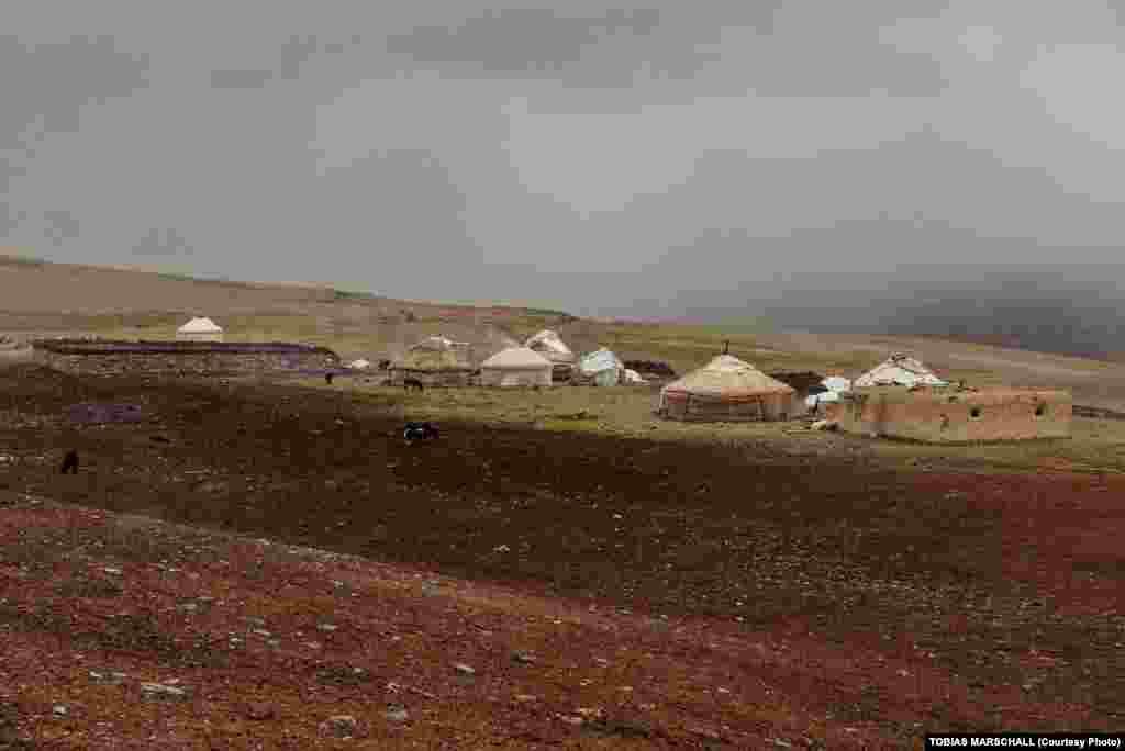 Кіші Памир алқабындағы көшпелілердің Хашт-Гоз жайлауын жайлаған ауыл. Бес киіз үй, мал қора, мешіт және қам кірпіштен соғылған қонақтар жататын үй.