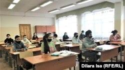 Шымкент қаласындағы №38 мектептің жоғарғы сынып оқушылары сабақта отыр. 2 наурыз 2021 жыл.