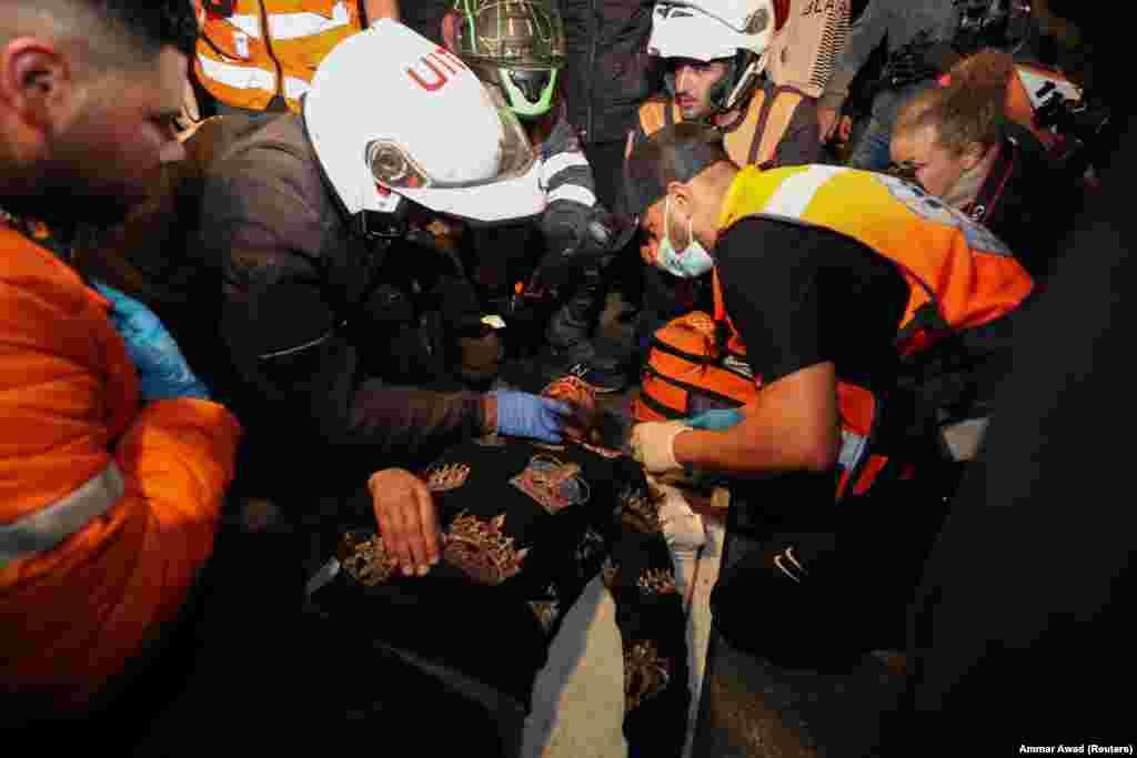 Folytatódott a ramadan és a palesztin-izraeli összetűzések is. A képen orvosi ellátást kap egy palesztin sebesült.