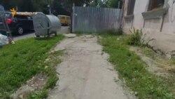 Merg pe drum, mă țin de gard