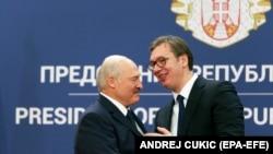 Белорускиот претседател Александар Лукашенка и српскиот претседател Александар Вучиќ се поздравуваат по прес-конференцијата во Белград, на 03 декември 2019 година.