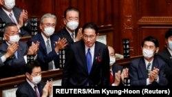 Члены парламента аплодируют новоизбранному премьер-министру Фумио Кисиде.