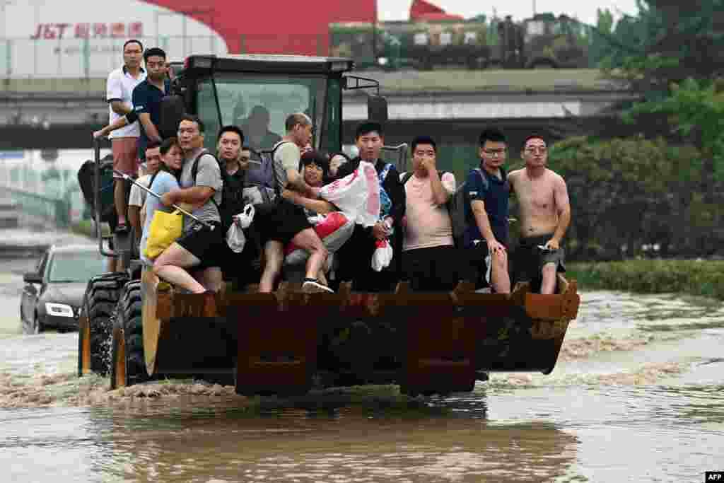 КИНА - Бројот на настрадани од поплавите кои ја зафатија провинцијата Хенан во централна Кина порасна на 99, соопштија денеска властите. Во главниот град на провинцијата Женгжу, каде пред девет дена падна рекордна количина дожд беа поплавени тунелите од подземната железница, при што загинаа 14 луѓе.