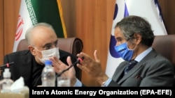 Iranian nuclear chief Ali Akbar Salehi (left) and IAEA head Rafael Grossi speak at a joint press conference in Tehran on August 25.