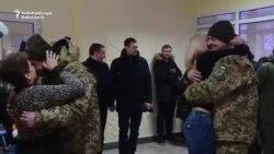 Doi grăniceri ucraineni ce au fost eliberați în cadrul unui schimb de prizonieri