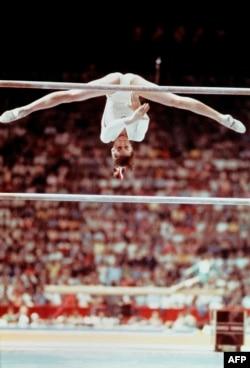 A 14 éves Nadia Comăneci a montréali olimpián, 1976. július 19-én