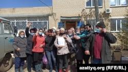 Жители Покатиловки радуются известию, что их село не будут переименовывать. В центре с листом бумаги — Динара Сатыбалдиева.