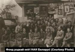 Мастацкі гурток у гімназіі Радашкавічаў, другі справа сядзіць Язэп Драздовіч