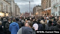 Москвада Навальний қўллови учун ўтказилган митинглардан биридан лавҳа