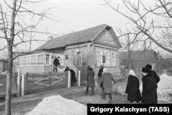 Посетители около входа в дом-музей Юрия Гагарина.