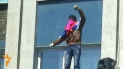 Проросійські активісти утримують адміністративні будівлі у Луганську