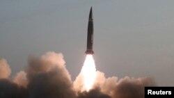 Fotografi nga testi i një rakete të Koresë së Veriut.
