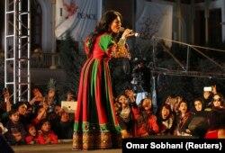 """Cântăreața afgană Aryana Sayeed, în timpul unui """"concert de pace"""" organizat de o organizație de tineret din Kabul, 19 octombrie 2013."""