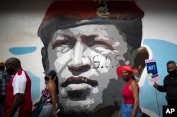 Очередь на избирательный участок в Каракасе, на фоне фрески с покойным Уго Чавесом. 6 декабря 2020 года