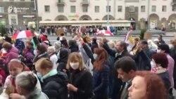 Protestatarii pensionari din Minsk se feresc cu umbrelele de spray-ul cu piper al forțelor de ordine
