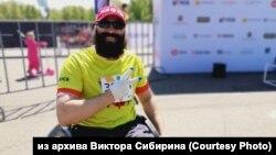 Бодибилдер Виктор Сибирин из Ачинска едет на коляске до Байкала