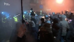 Сутичка протестувальників та поліції під МВС (відео)