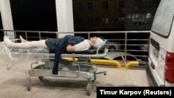 Blogger Miraziz Bazarov arrives at a hospital after he was beaten by a group of unidentified men in Tashkent on March 29.